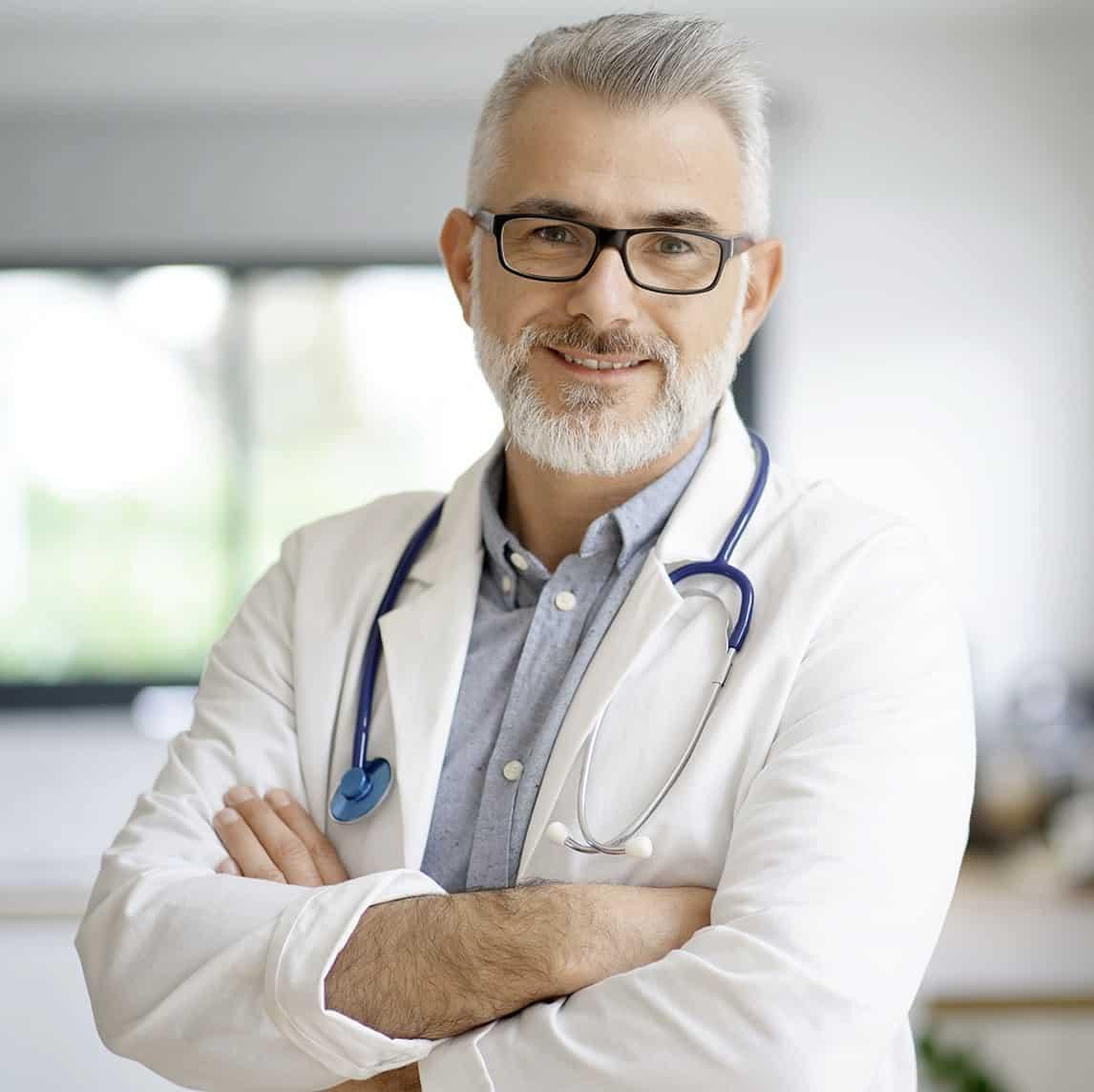 Zdjęcie lekarza w białum kitlu i ze stetoskopem.